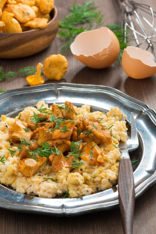 очень вкусные взбитые яйца с лисичками и свежим укропом стоковое фото rf