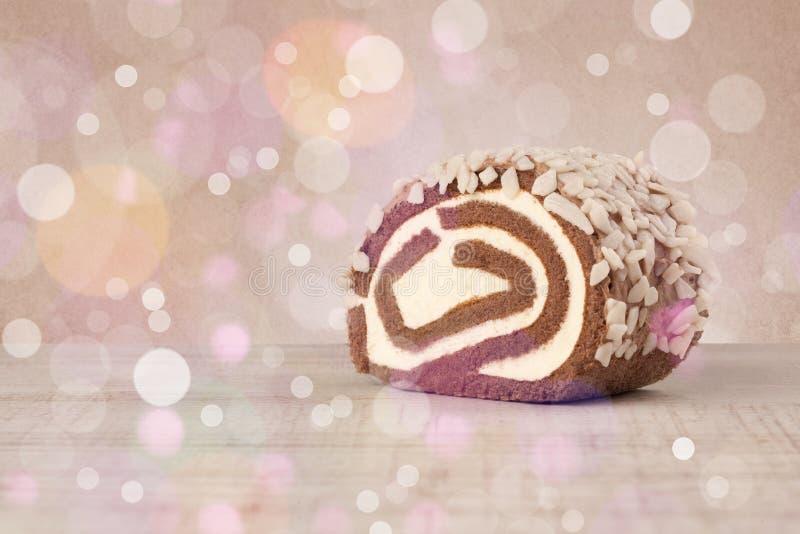Очень вкусные вкусные домодельные торты с bokeh освещают предпосылку стоковые изображения rf