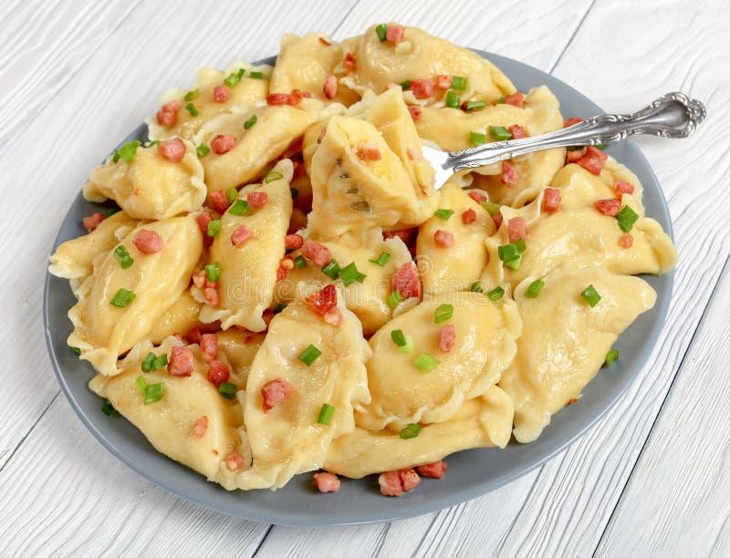 Очень вкусные горячие домодельные вареники картошки, конец-вверх стоковое фото rf
