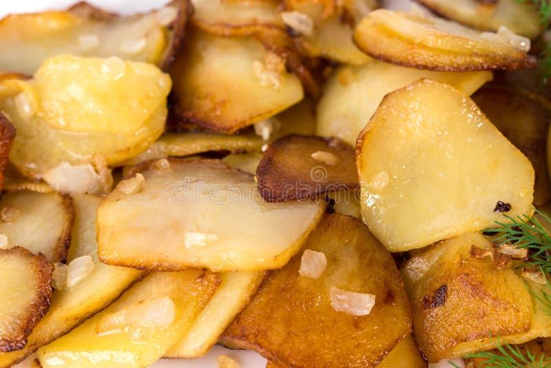 Очень вкусные зажаренные в духовке картошки стоковые фото