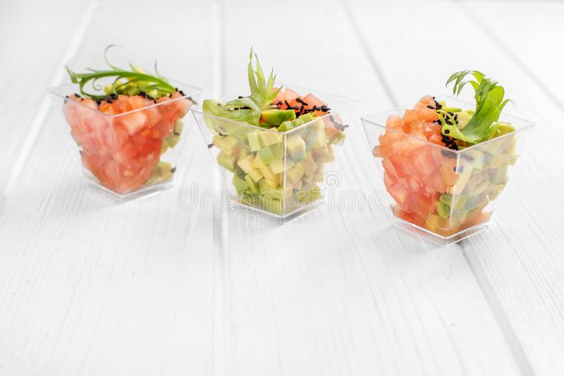 Очень вкусные закуски с авокадоом и томатом Концепция для еды, диеты, здоровой еды, ресторана и ресторанного обслуживании стоковая фотография rf