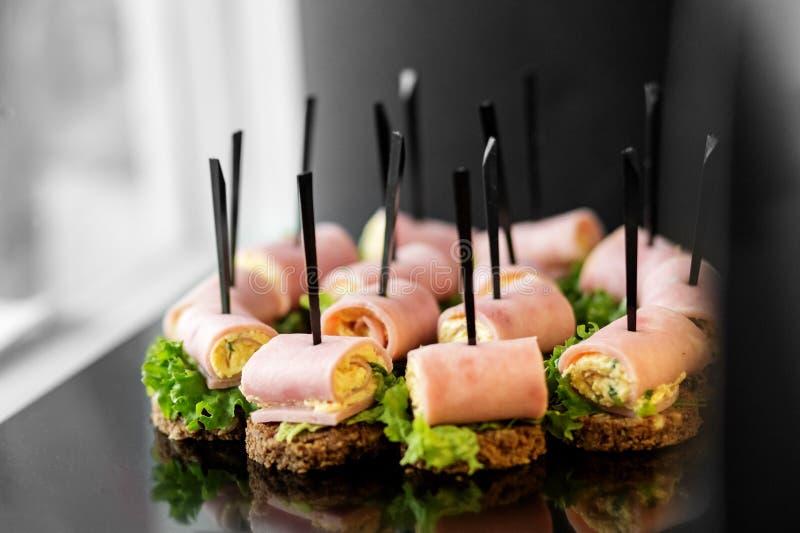 Очень вкусные закуски с ветчиной и салатом Концепция для еды, ресторанное обслуживаниа, ресторан, партия стоковая фотография