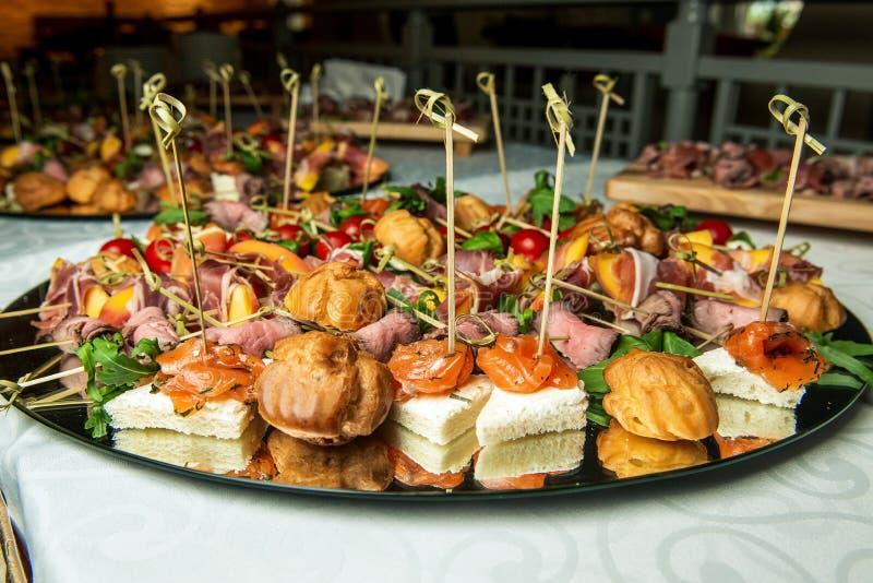 Очень вкусные закуски с мясом и семгами catering стоковые фотографии rf