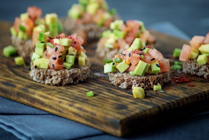 Очень вкусные закуски с хлебом, авокадоом и томатом Концепция здорово стоковые фотографии rf