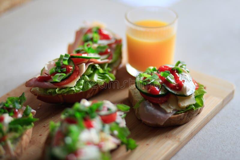 Очень вкусные и здоровые сандвичи с овощами: салат, tomat стоковые изображения rf