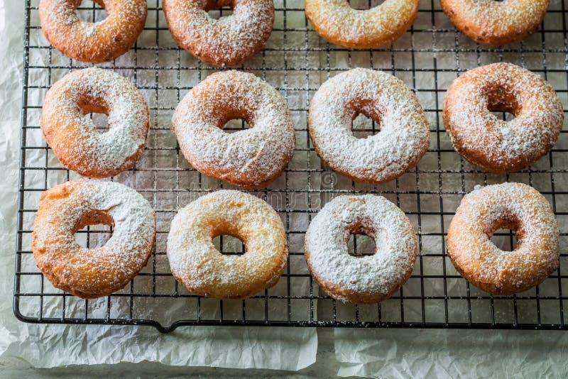 Очень вкусные и сладостные золотые свеже испеченные donuts стоковое фото rf