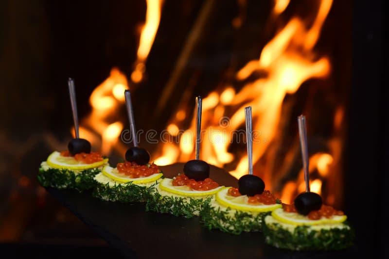 Очень вкусные канапе с красными закусками икры Закуски в частях плавленого сыра и естественной икры семг дальше стоковые изображения