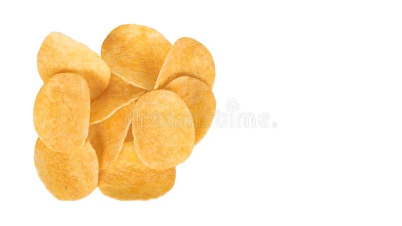 Очень вкусные картофельные стружки изолированные на белой предпосылке скопируйте космос, шаблон стоковая фотография