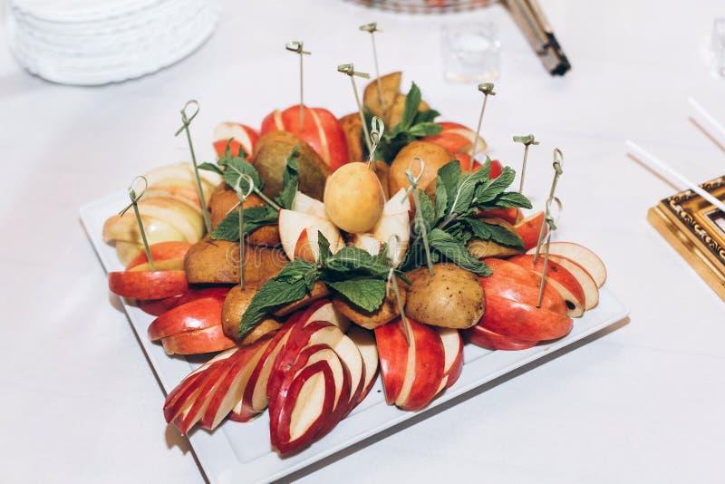 Очень вкусные красочные плодоовощи и пирожные, шипучки и конфета на таблице a стоковые фото