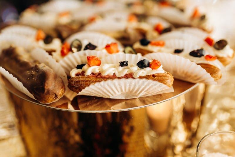 Очень вкусные, красочные echlers ягоды на золотой стойке стоковая фотография rf