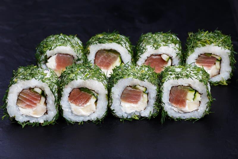 Очень вкусные крены суш с тунцом и сливк-сыром в прерванном укропе стоковые изображения rf