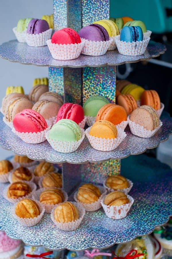 Очень вкусные печенья макарон в конце-вверх сфотографированном коробкой стоковое изображение rf