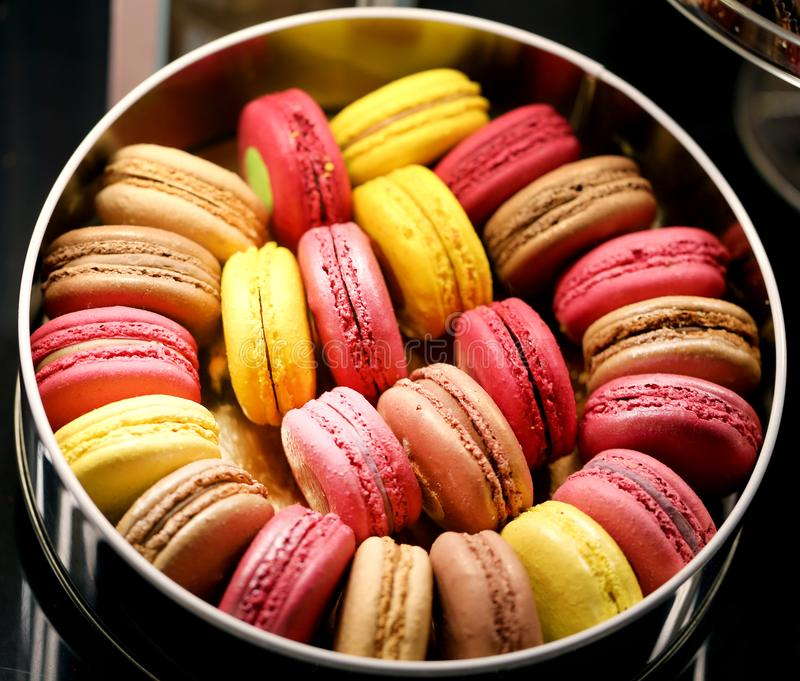 Очень вкусные печенья макарон в сфотографированной коробке стоковое изображение rf