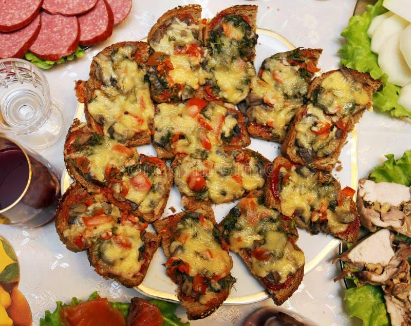 Очень вкусные сандвичи с грибами и сыром стоковые изображения