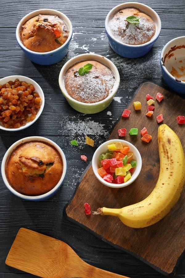 Очень вкусные свеже испеченные домодельные булочки банана стоковое фото rf