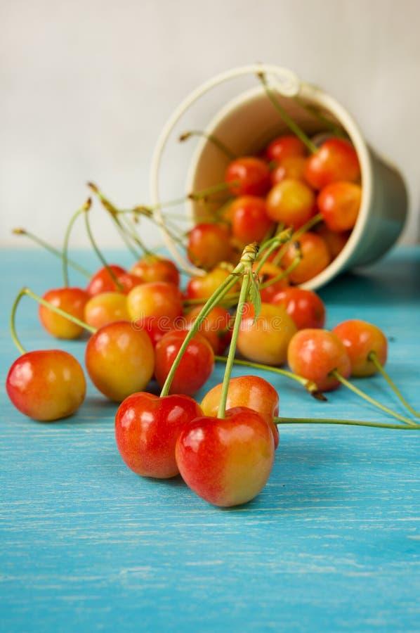 Очень вкусные свежие вишни на голубом деревянном столе стоковая фотография