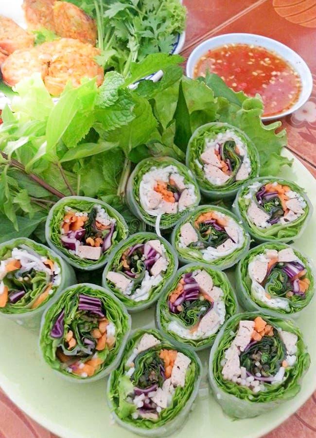 Очень вкусные вкусные свежие въетнамские блинчики с начинкой на плите с концом предпосылки еды соуса вверх стоковые фото