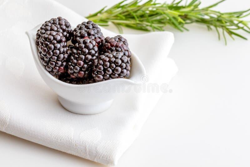 Очень вкусные свежие ежевики и зрелая черная и рыжеватая вениса В белом шаре и изолированной предпосылке стоковые изображения rf