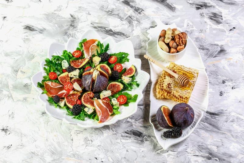 Очень вкусные смоквы, arugula, салат козий сыра и пекана чокнутый, низкие ингредиенты карбюраторов для здоровой концепции еды и п стоковое изображение rf