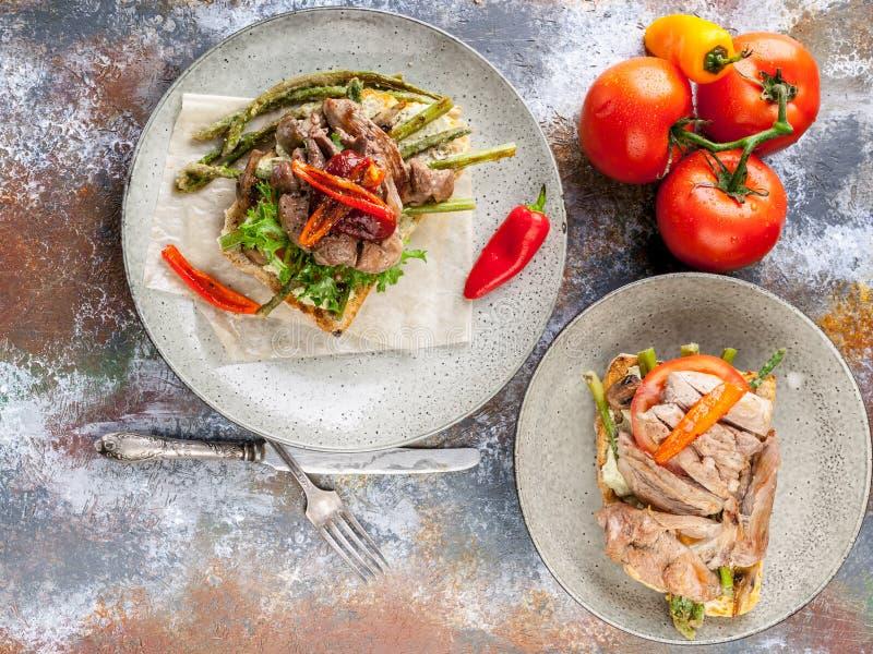 Очень вкусные сэндвичи с мясом и овощами на деревянной предпосылке r стоковые изображения