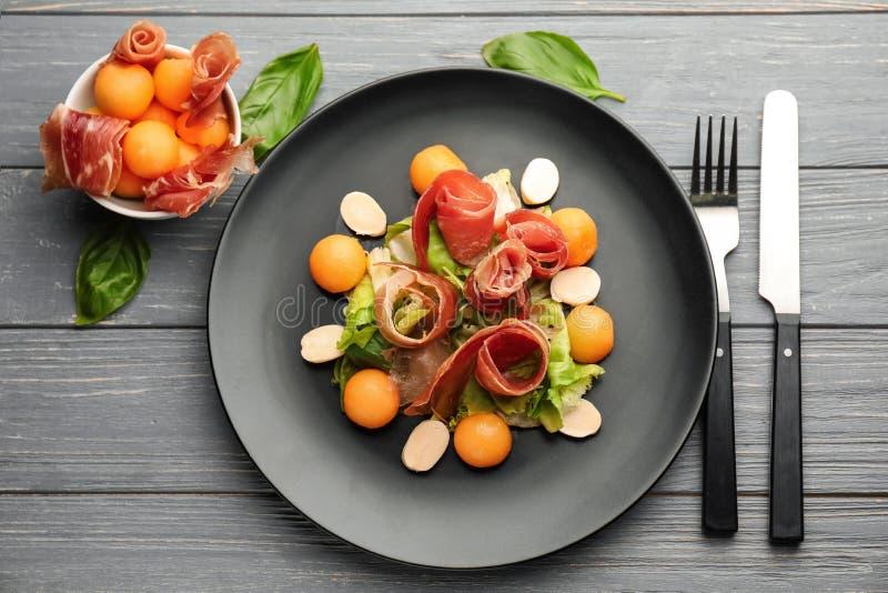 Очень вкусные шарики дыни с сыром ветчины и моццареллы на плите стоковые фотографии rf