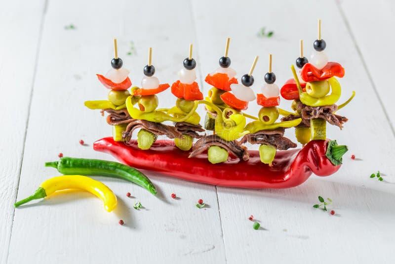 Очень вкусные banderillas с перцами, оливками и камсами для партии стоковое фото rf