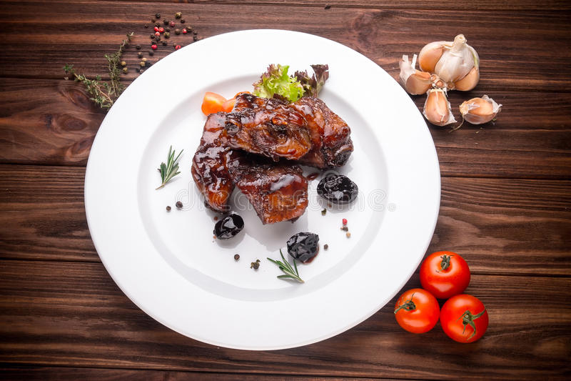 Очень вкусные barbecued нервюры закалённые с специи и свежие травы стоковые изображения rf