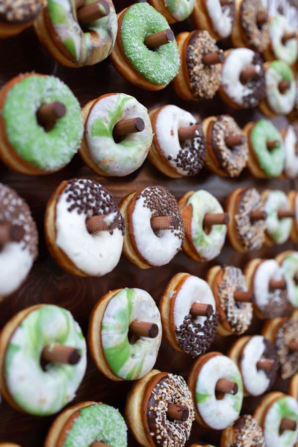 Очень вкусные donuts на деревянном stander Свадьба в лесе стоковые изображения