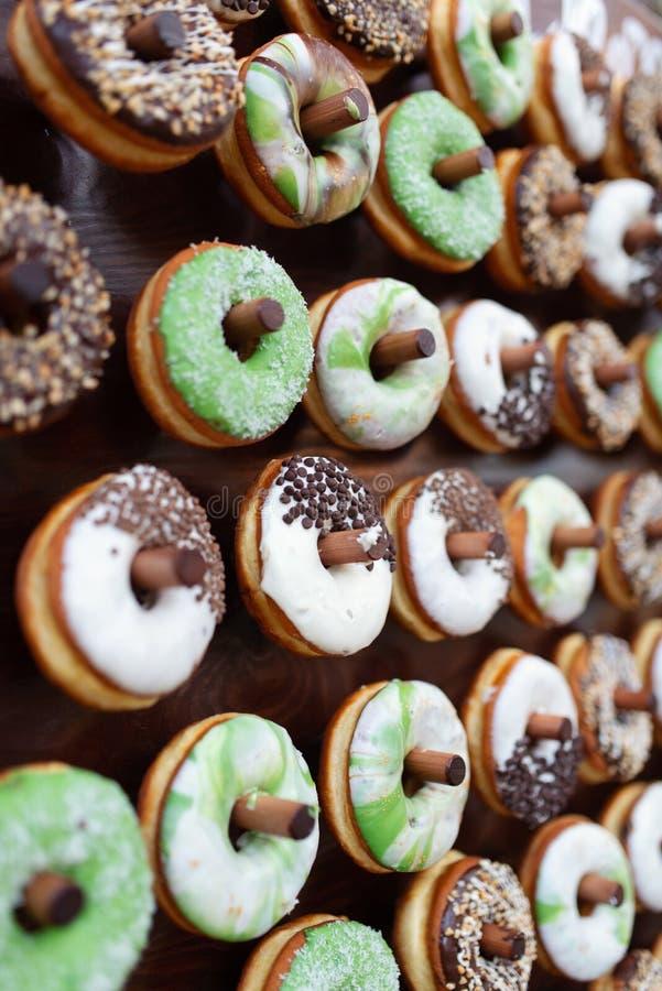 Очень вкусные donuts на деревянном stander Свадьба в оформлении свадьбы леса стоковая фотография rf