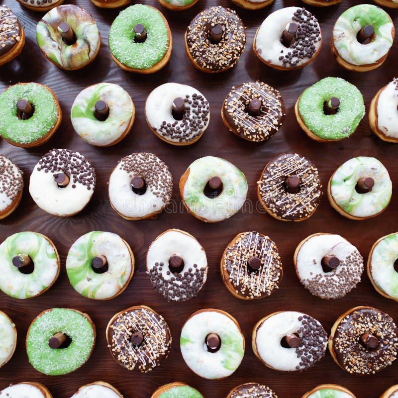 Очень вкусные donuts на деревянном stander Свадьба в оформлении свадьбы леса стоковое фото rf