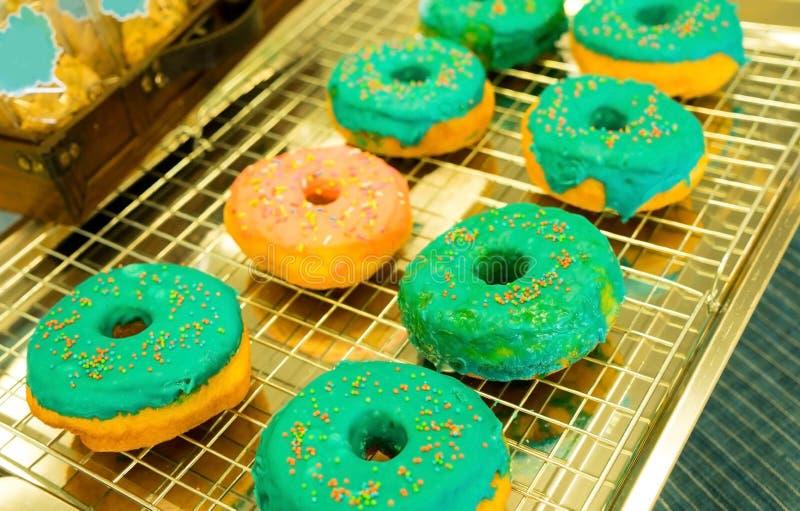 Очень вкусные donuts на таблице стоковая фотография