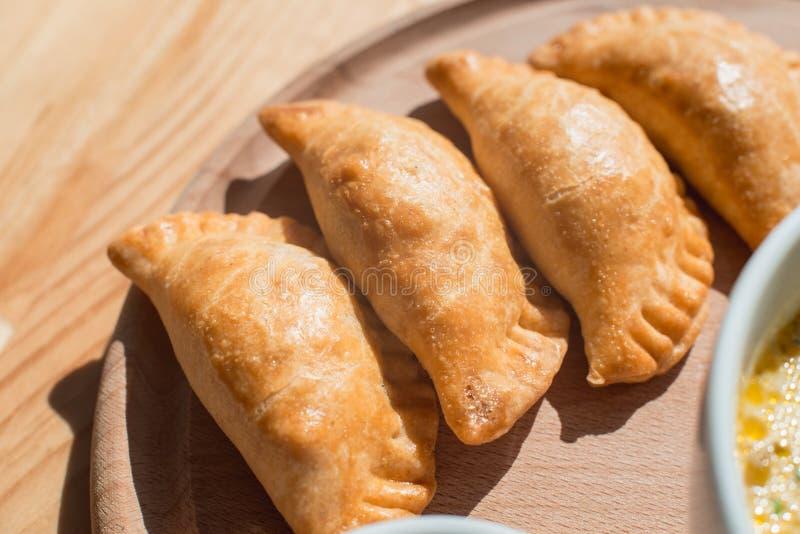 Очень вкусные empanadas с мясом цыпленка, типичным блюдом аргентинской кухни стоковое изображение rf