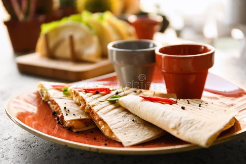 Очень вкусные quesadillas с соусами стоковое фото rf
