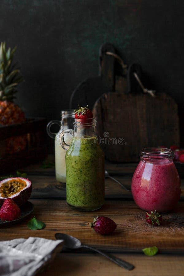 Очень вкусные smoothies вытрезвителя на деревенской деревянной доске с ягодами стоковое изображение