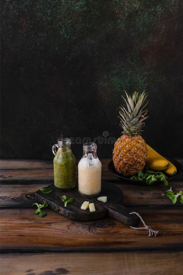 Очень вкусные smoothies вытрезвителя с тропическими плодоовощами на деревенском стоковое изображение