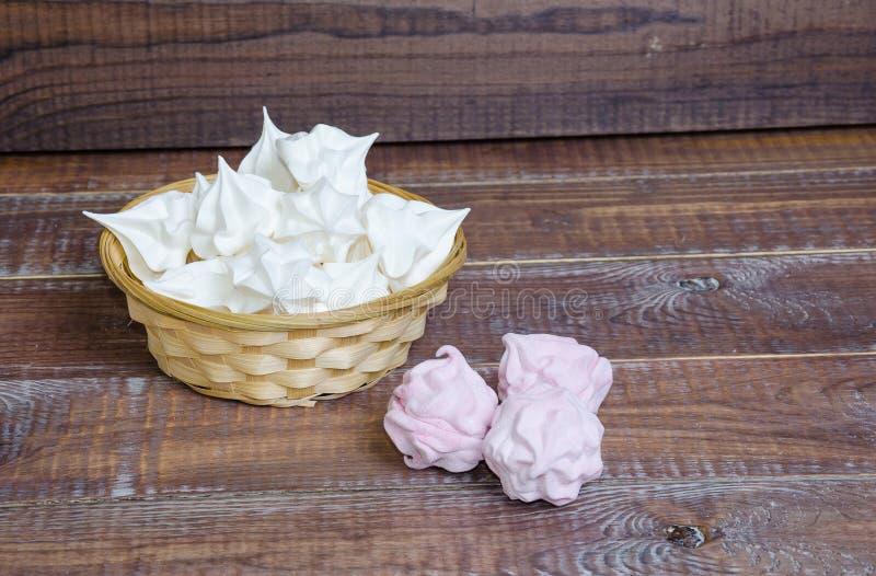 Очень вкусный ванильный zephyr плодоовощ и merengues снега белые кудрявые стоковые фото