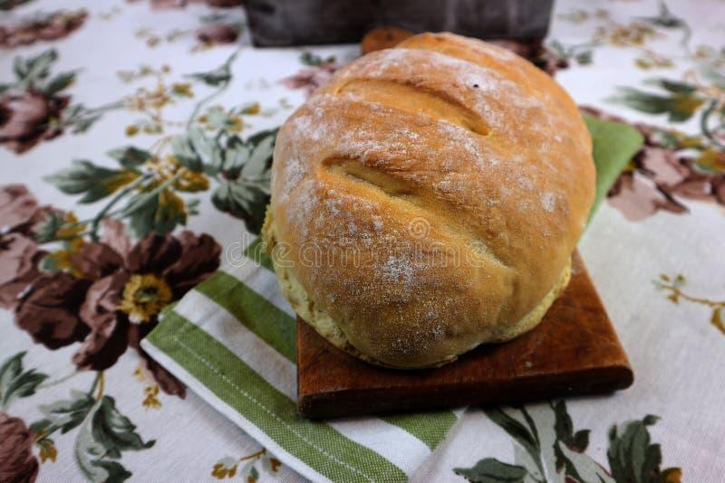 Очень вкусный весь домодельный хлеб на таблице стоковая фотография