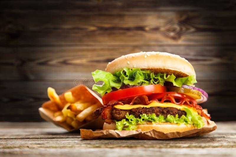 Очень вкусный гамбургер и фраи стоковые фотографии rf