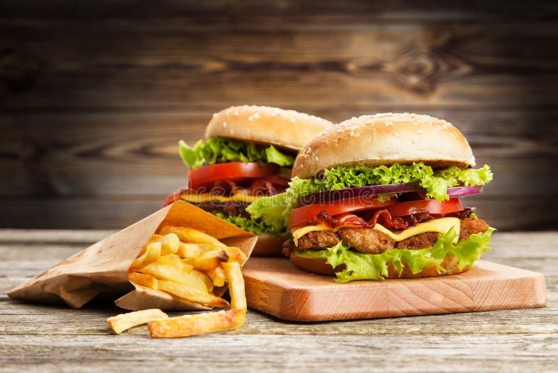 Очень вкусный гамбургер и фраи стоковые фото