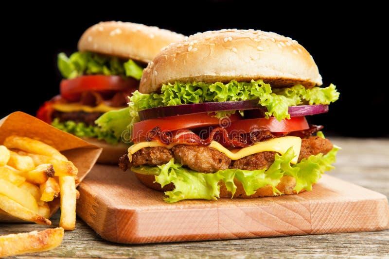 Очень вкусный гамбургер и фраи стоковые изображения rf
