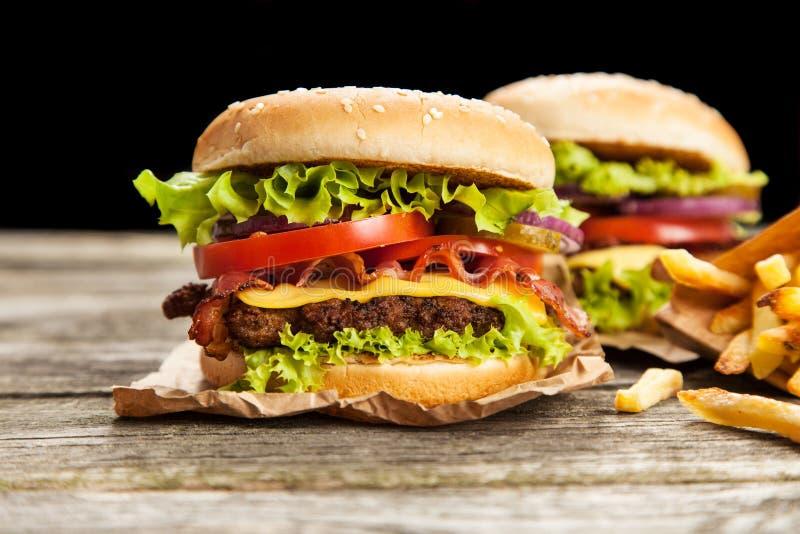 Очень вкусный гамбургер и фраи стоковая фотография