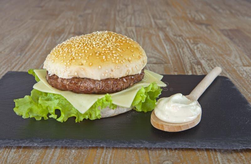 Очень вкусный гамбургер с соусом майонеза стоковые фотографии rf