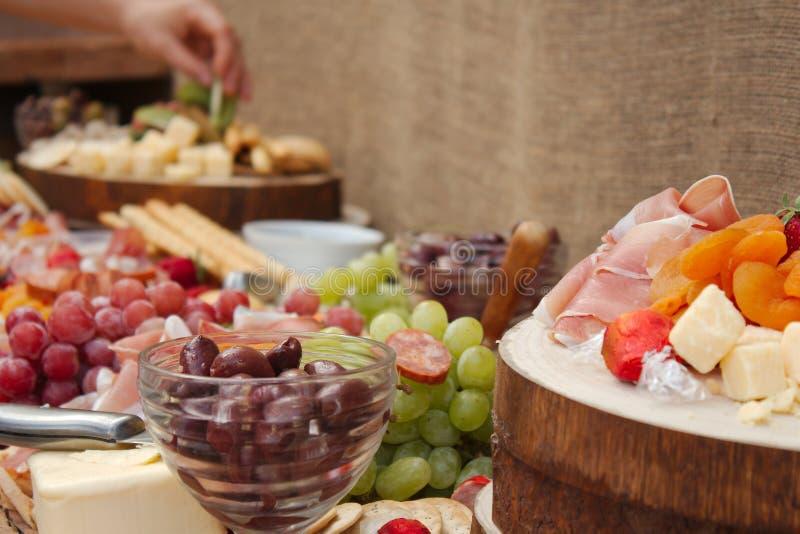 Очень вкусный диск еды плодоовощ, гаек, Chesse, погружений, мяса гастронома стоковая фотография rf