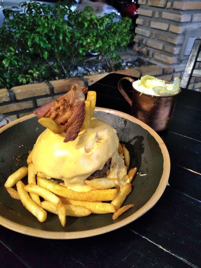 Очень вкусный домодельный гамбургер с сиропом водки и лимона стоковая фотография rf