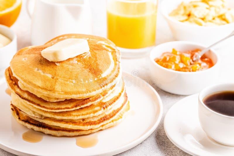 Очень вкусный домодельный завтрак с блинчиками стоковые фотографии rf