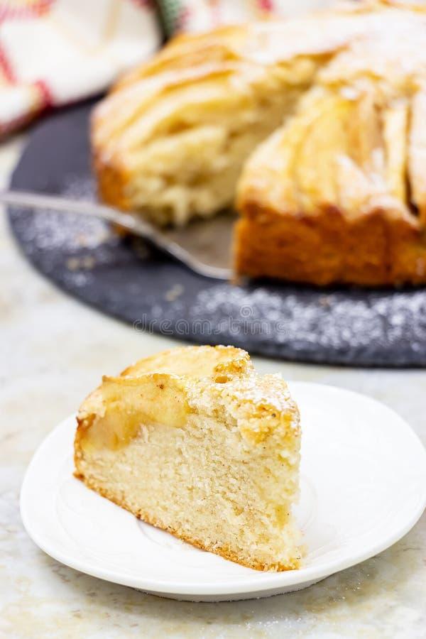 Очень вкусный домодельный торт яблока с циннамоном Служат плита шифера, который Фокус мраморной предпосылки селективный стоковое фото