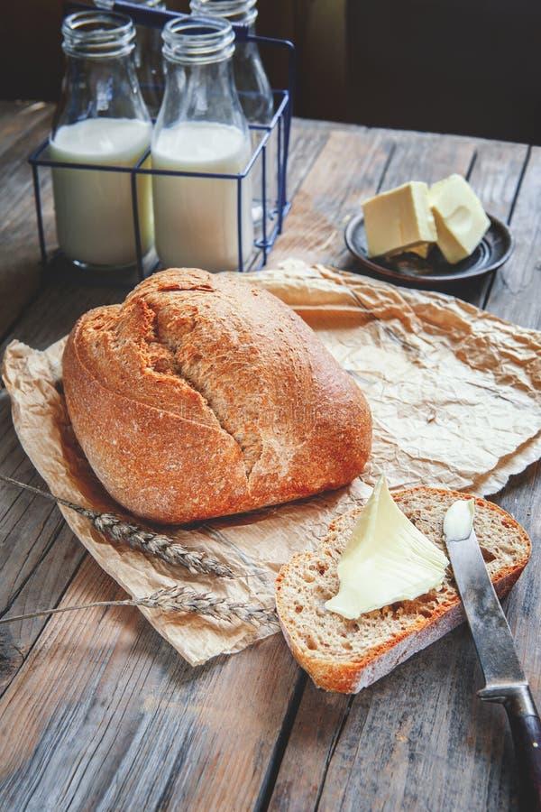 Очень вкусный домодельный хлеб рож sourdough на плите и молоке печь домодельный стоковые фото
