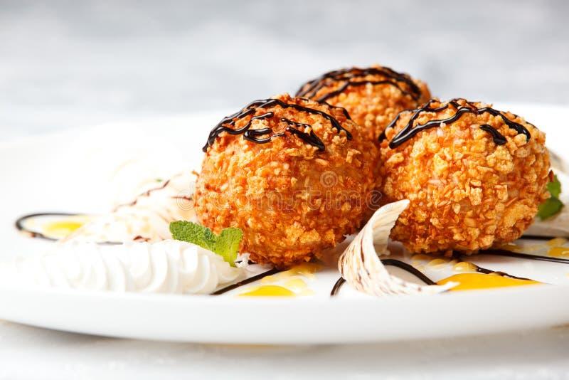 Очень вкусный десерт с зажаренным мороженым стоковое изображение rf