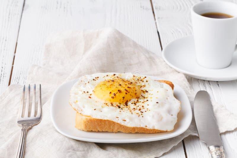 Очень вкусный завтрак - горячие французские тосты, расплавленный сыр Эмменталя и зажаренная солнечная сторона вверх по яйцу служи стоковые изображения