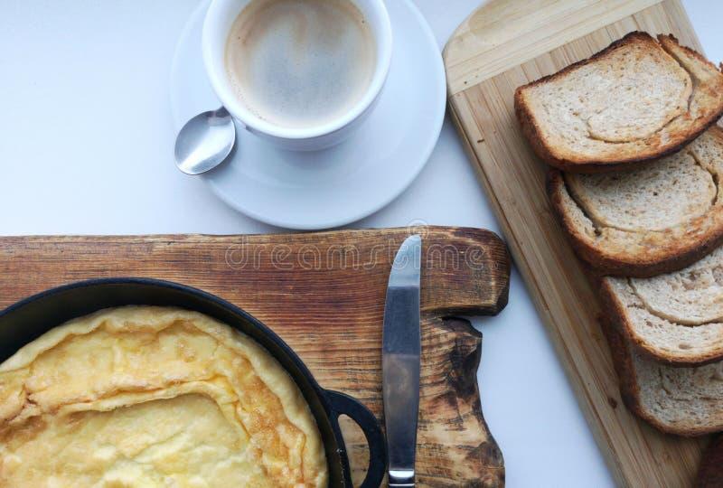 Очень вкусный завтрак: кофе, гренки, взбитые яйца в лотке Еда страны стоковое фото